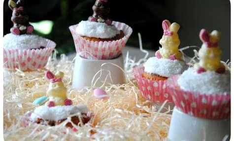 Cupcakes chocolat blanc, noix de coco et fraises de Pâques