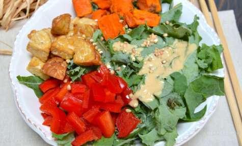 Buddha bowl au tempeh fumé, kale, patate douce et poivrons, sauce à la cacahuète et gingembre