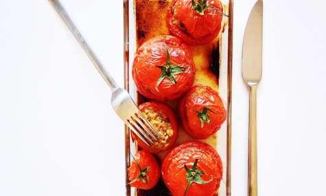 Tomates farcies au boeuf, aux pois chiches et aux fruits secs.