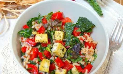 Salade de riz sauvage, poivron, chou kale et tofu aux herbes