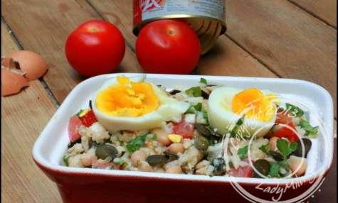 Salade de riz complète, aux haricots blancs, thon et œufs