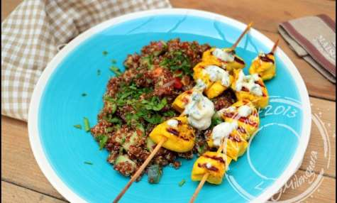 Taboulé de quinoa rouge et brochettes de poulet, sauce au yaourt grec