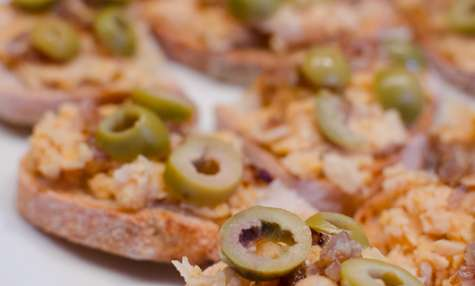 Tartine de pois chiches, à l'échalote et aux olives vertes