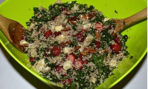 Salade de quinoa et chou kale aux fraises