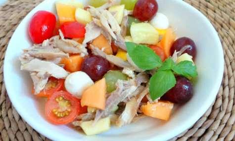 Salade de poulet rôti au raisin, melon, mangue, tomates cerises et mozzarella