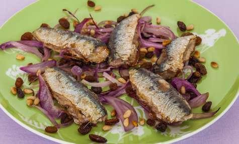 Sardines aux oignons rouges, raisins secs et pignons
