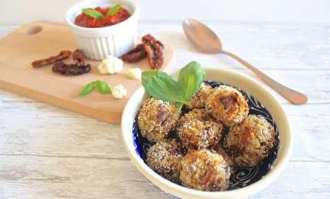 Arancini au riz de chou-fleur aux tomates séchées, basilic et coeur de chèvre frais