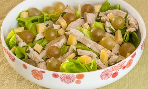 Salade de poulet aux raisins frais et à la tomme