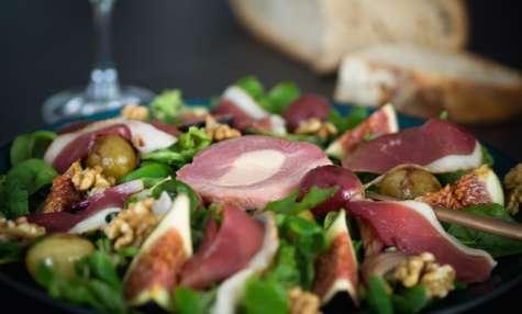 Salade automnale au magret fumé, figues, raisins poêlés et noix
