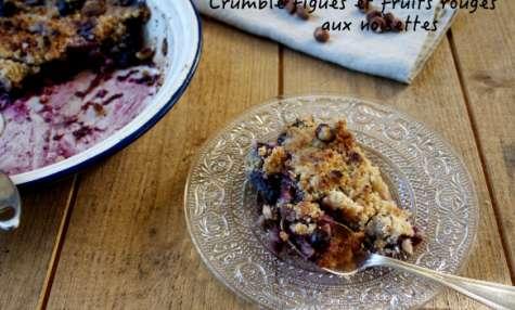 Crumble de figues, fruits rouges et noisettes