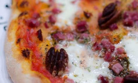 Pizza aux lardons et aux noix de pécan