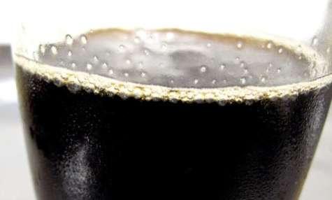Cocktail de fruits noir pour Halloween et sa main de glace