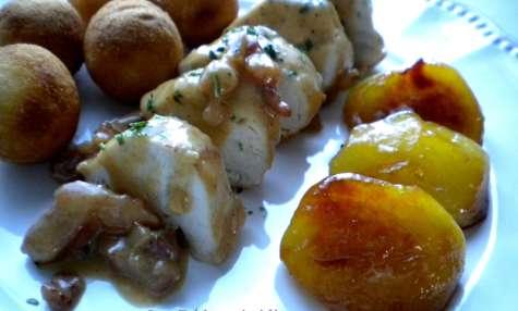 Filets de poulet au cidre, lardons et pommes caramélisées