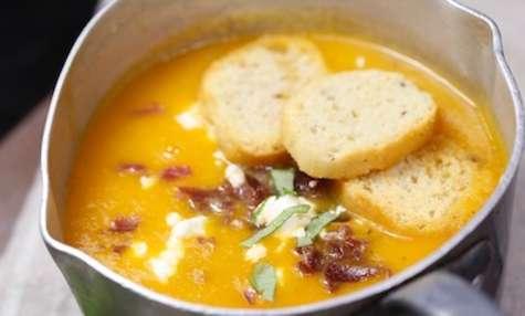 Soupe aux tomates coppa feta et basilic