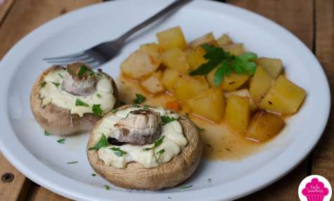 Champignons farcis au fromage frais accompagnés de pommes de terre