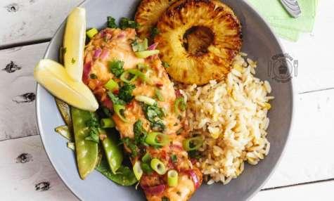 Saumon en papillote aux saveurs thaï, ananas grillés et pois gourmands
