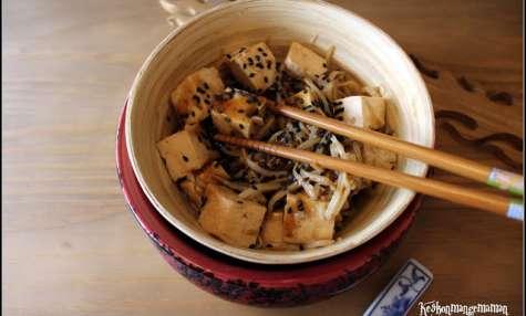 Tofu mariné BBQ Mr Min puis sauté avec des germes de soja