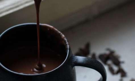 Chocolat chaud crémeux aux épices et beurre de cacahuètes