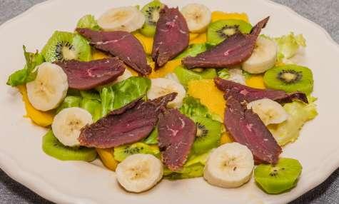 Salade de magrets de canard séché aux kiwis, mangue et banane