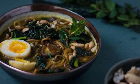 Soupe de noodles au kale, cacahuètes, coco et curry