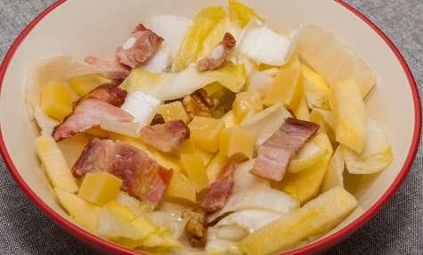Salade d'endives aux lardons, pommes, emmental et noix