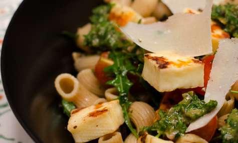 Salade de pâtes complètes à l'halloumi, arrosé de sauce verte
