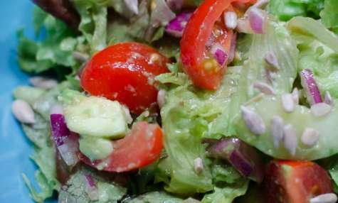 Salade à l'avocat et aux graines de tournesol