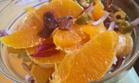 Salade d'oranges aux anchois, oignons et olives