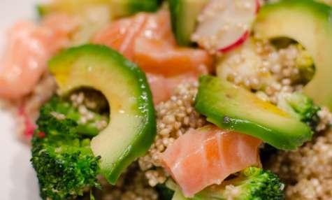 Salade de quinoa aux brocolis, à l'avocat et au saumon frais