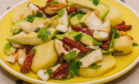 Salade d'encornets au chorizo, avocat et pomme de terre