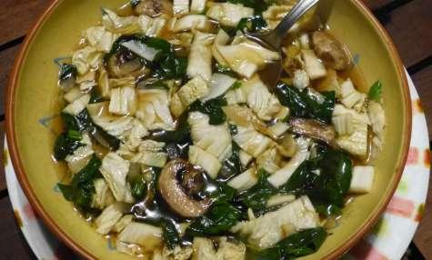 Soupe miso aux épinards, chou chinois et champignons