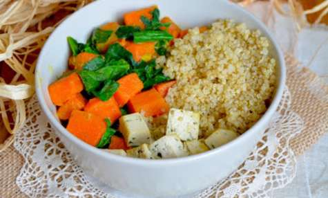 Bol végétal au curry de potiron et épinards, tofu et quinoa