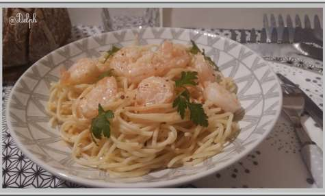 Spaghetti aux crevettes, sauce crémeuse à l'ail et au paprika