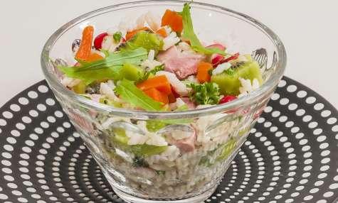 Salade de riz au jambon, carotte, kiwi et roquette