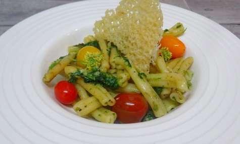 Casarecce alle cime di rapa ou fleurs de chou, chips de Parmesan