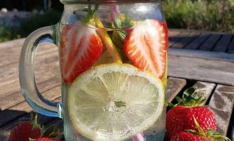 Eau détox aux fraises, citron et menthe