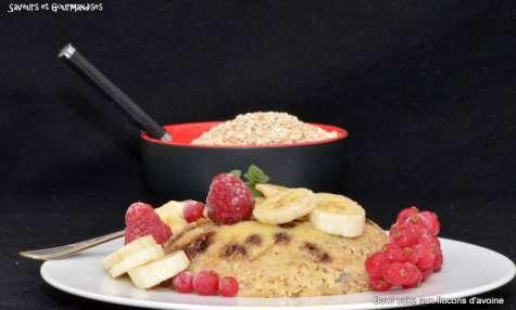 Bowl cake aux flocons d'avoine, banane et pépites de chocolat