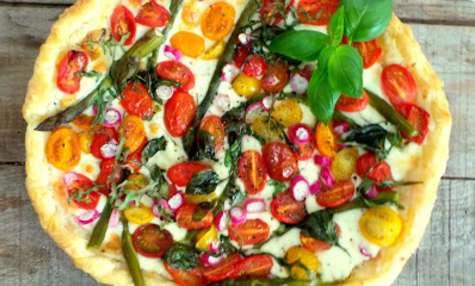 Tarte printanière asperges, tomates cerises, mozzarella