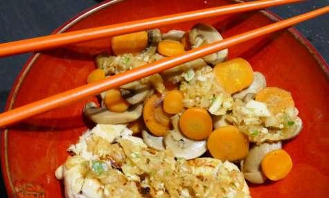 Poulet grillé aux légumes sautés et sauce au gingembre