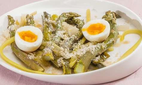 Salade de poireaux et asperges vertes, oeuf et parmesan