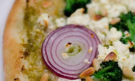 Pizza au brocoli, à la feta et à l'oignon rouge