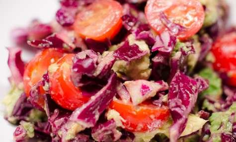 Salade de chou rouge, d'avocat et de tomates cerises, au gingembre