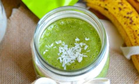 Green smoothie protéiné banane, épinards, coco et moringa
