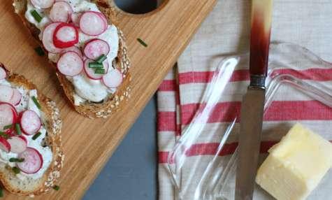 Tartines printanières de tzatziki aux oignons nouveaux et radis