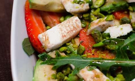 Salade de fraise, d'avocat et de chèvre aux pistaches