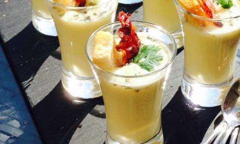 Verrines de crème d''asperges blanches et chips de lard fumé