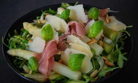 Salade aux deux asperges, roquette, prosciutto crudo et parmesan