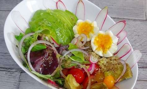 Buddha bowl quinoa, tomates cerises, radis, mesclun, avocat, coeur d'artichaut, vinaigrette asiatique