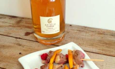 Mini brochettes de magrets de canard, mangues et Ratafia Champenois Chardonnay