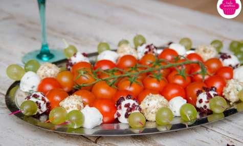 Brochettes de chèvre frais, ciboulette, noix ou cranberries accompagnées de tomates cerises, raisin